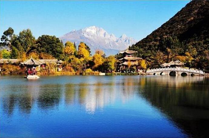 进入黑龙潭自然风景区,两峰耸峙,一水高悬,坐椅似的瀑布下面,就是碧绿